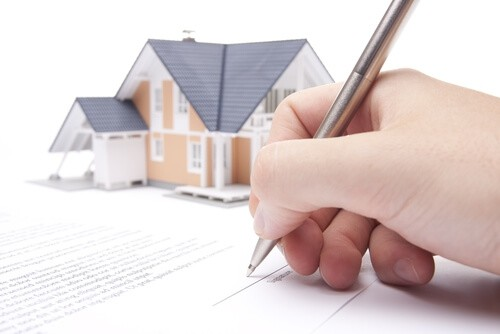 2093-person-signing-house-contract